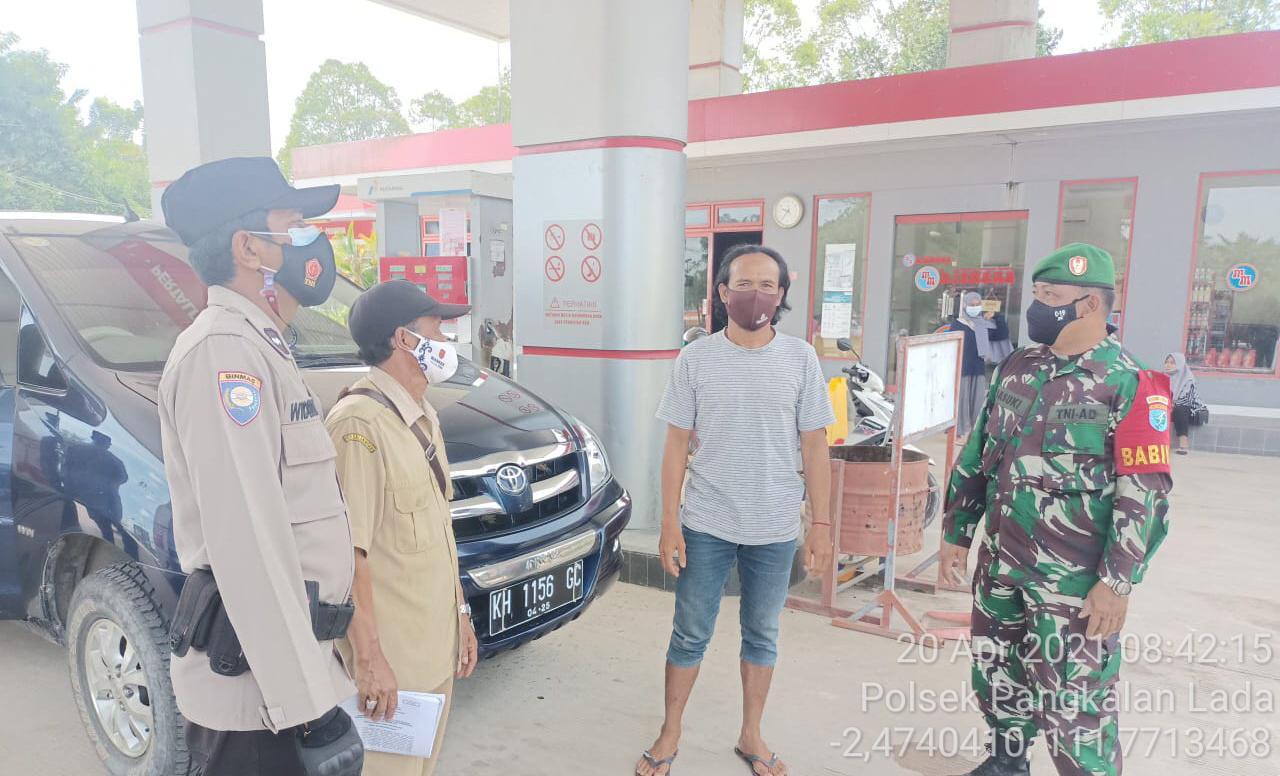 Patroli Gabungan TNI-POLRI Memberikan imbauan mengenai Prokes sekligus membagikan masker