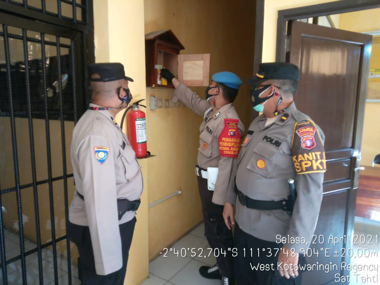 Personel Satsabhara Polres Kobar laksanakan pemeriksaan