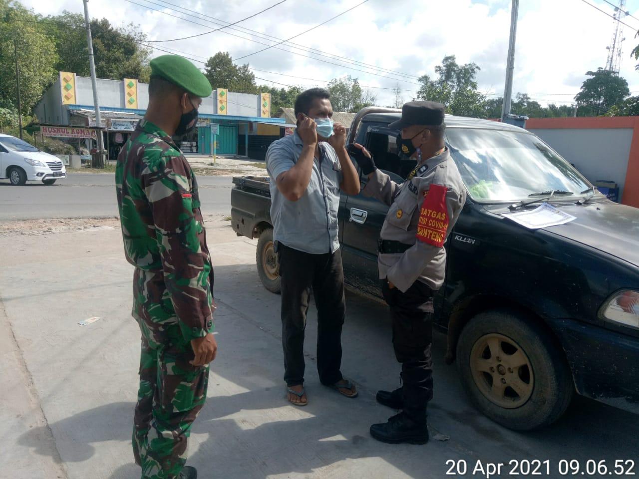 Bagikan Masker, TNI-POLRI Imbauan Masyarakat tetap patuhi prokes jika beraktifitas diluar/dilingkungan sekitar