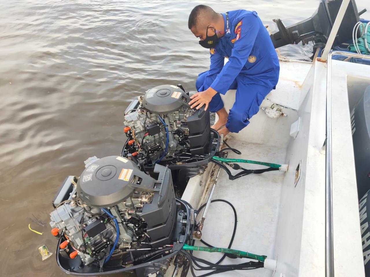 Agenda Rutin, Brigpol Rochim Lakukan Pemeliharaan Dan Perawatan Mesin Kapal