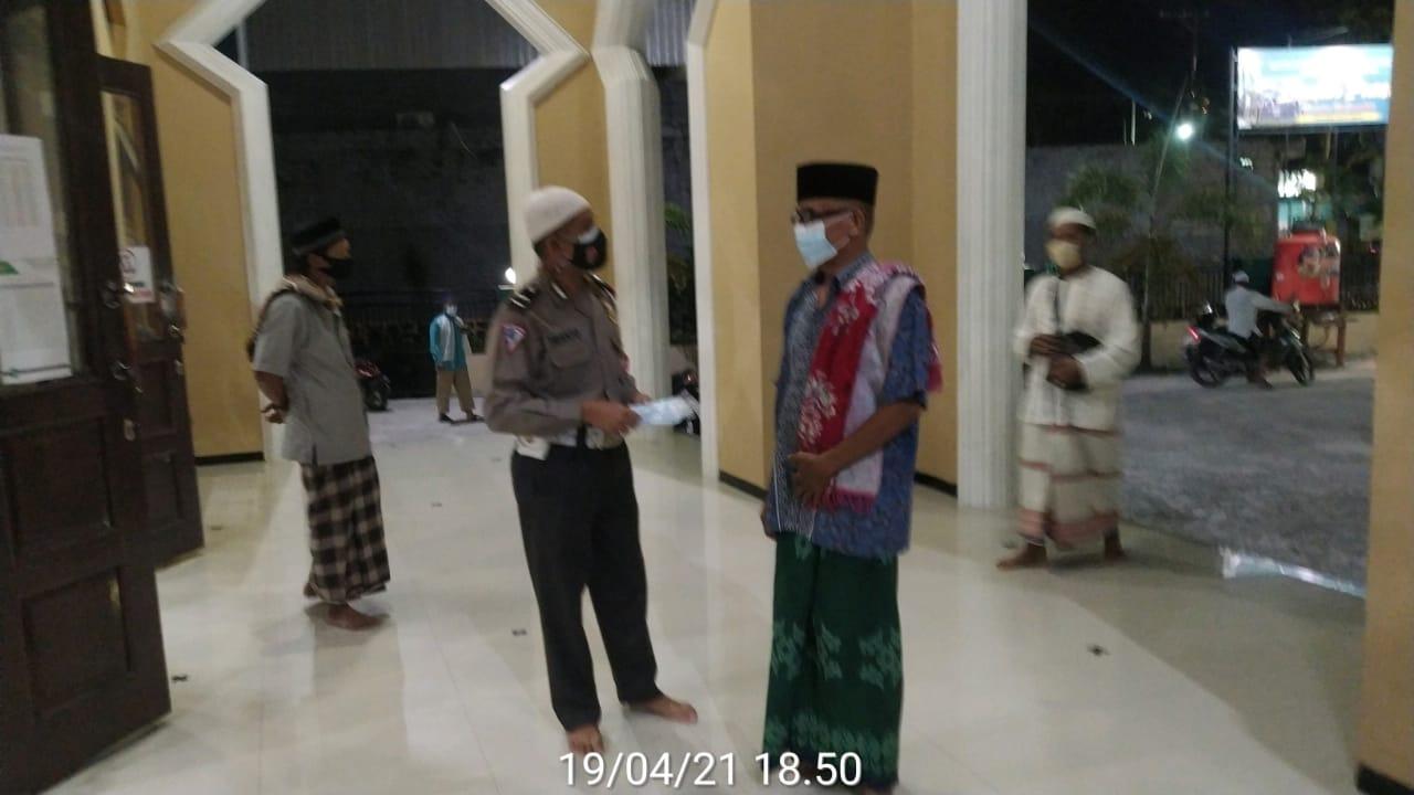 Personil Polres Kobar Melaksanakan Pengamanan Sholat Tarawih di Kobar