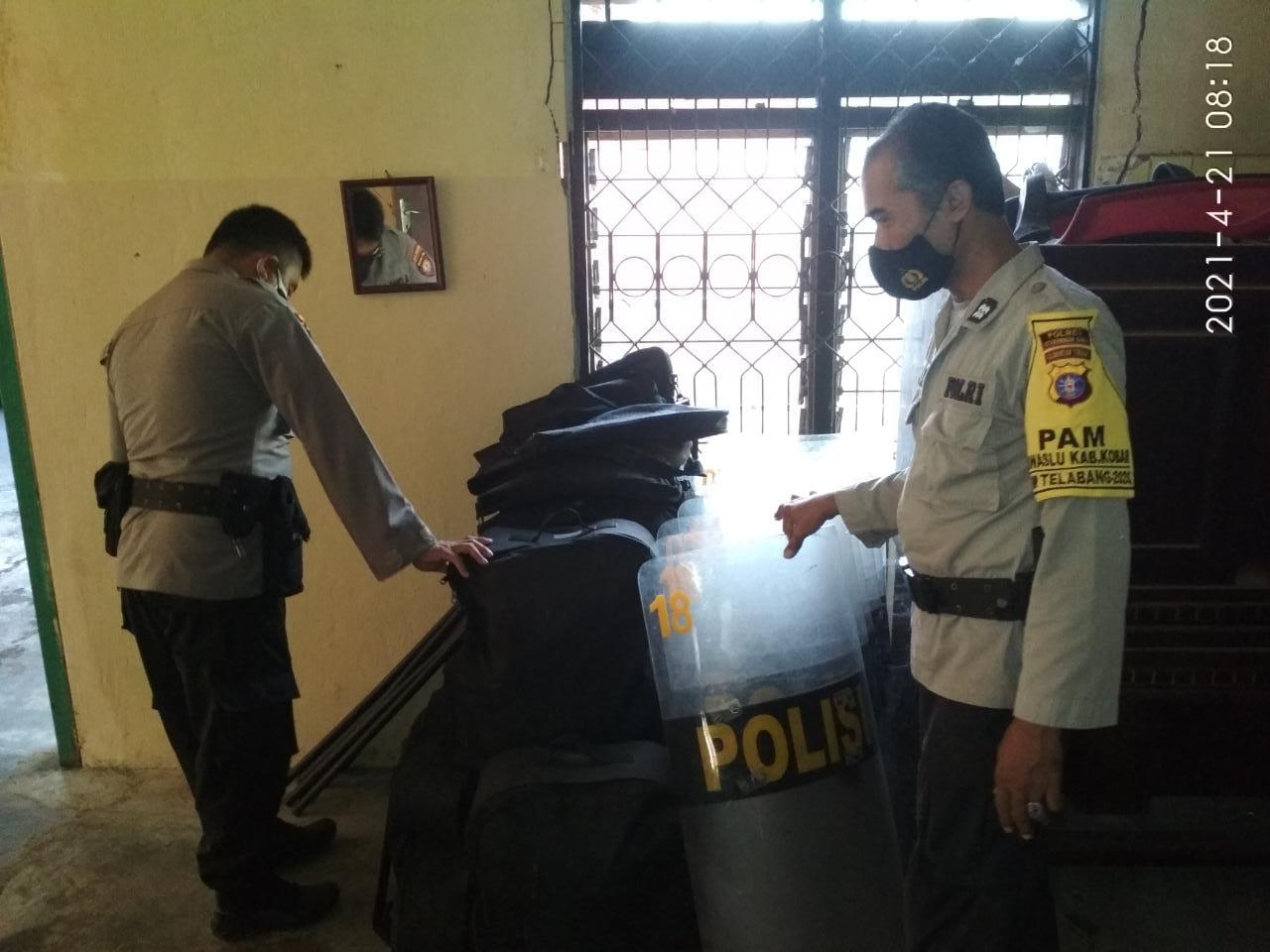 Anggota Satbinmas melaksanakan pengamanan di pospam kantor Bawaslu