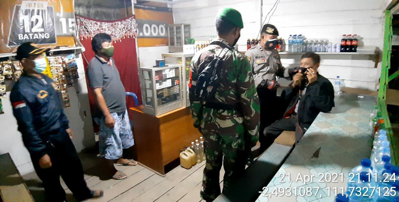 Patroli Gabungan TNI-POLRI Memberikan Masker Ke Masyarakat