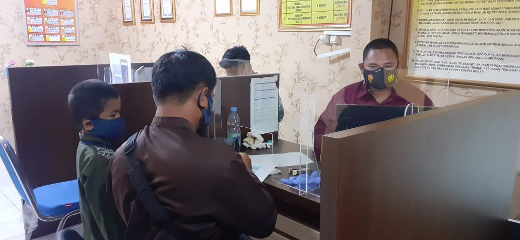 Petugas Pelayanan Publik SPKT Polres Kobar Berikan Pelayanan Prima Kepada Pelapor