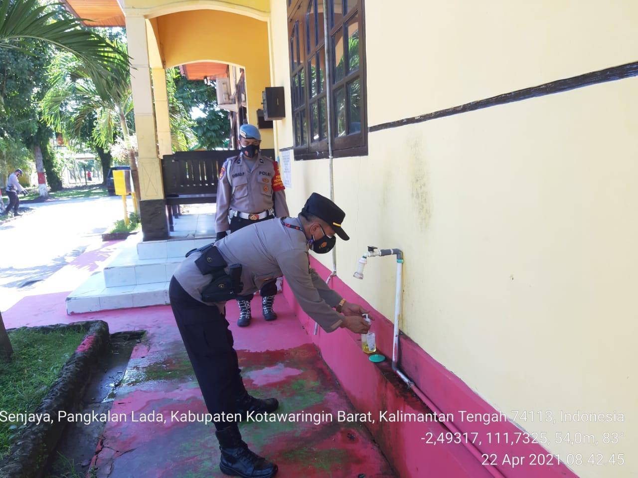 Pastikan Ibadah Berjalan Kondusif, Aipda Dharma Lakukan Pengamanan Sholat Tarawih Di Masjid Nurul Qolbi