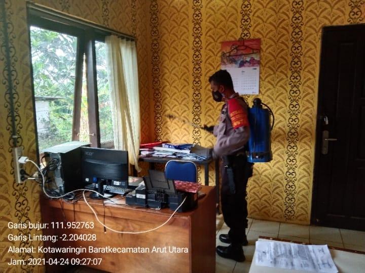 Hindari Penyebaran Corona, Anggota Polsek Aruta Melaksanakan Penyemprotan Cairan Disinfektan