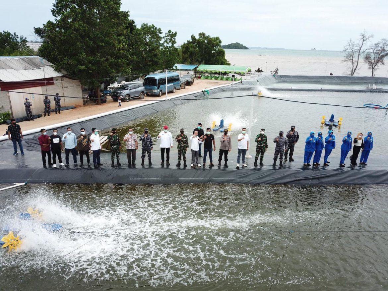DUKUNG KETAHANAN PANGAN LANAL BATAM TEBAR 600.000 BENUR UDANG