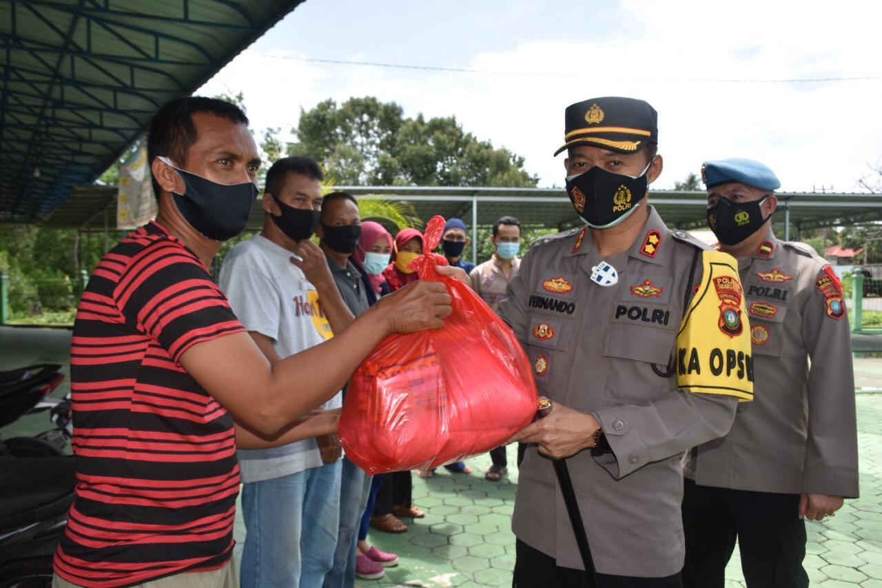 Polres Tanjungpinang Sebar Sembako Di Wilayah Tanjungpinang Timur