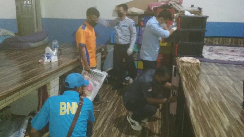 Petugas Razia Barang – Barang Warga Binaan Lapas Kelas II A Tanjungpinang