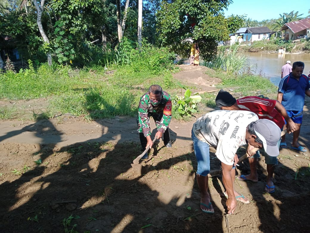 Babinsa Koramil 07/Batu Benawa Gotong Royong Bangun Jalan Desa Bersama Warga