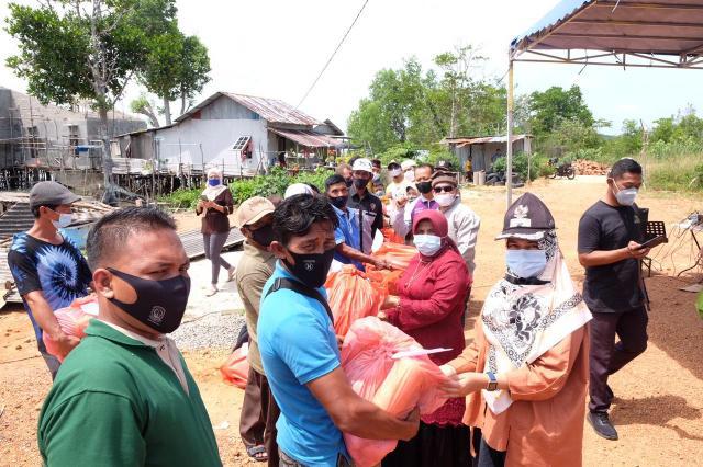 Rahma Serahkan Alat Tangkap Nelayan Di Dompak