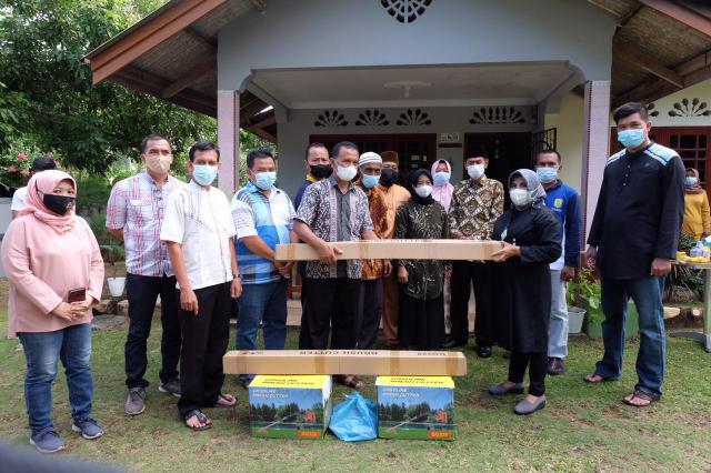 Walikota Serahkan Mesin potong Rumput di Kampung Sukajaya