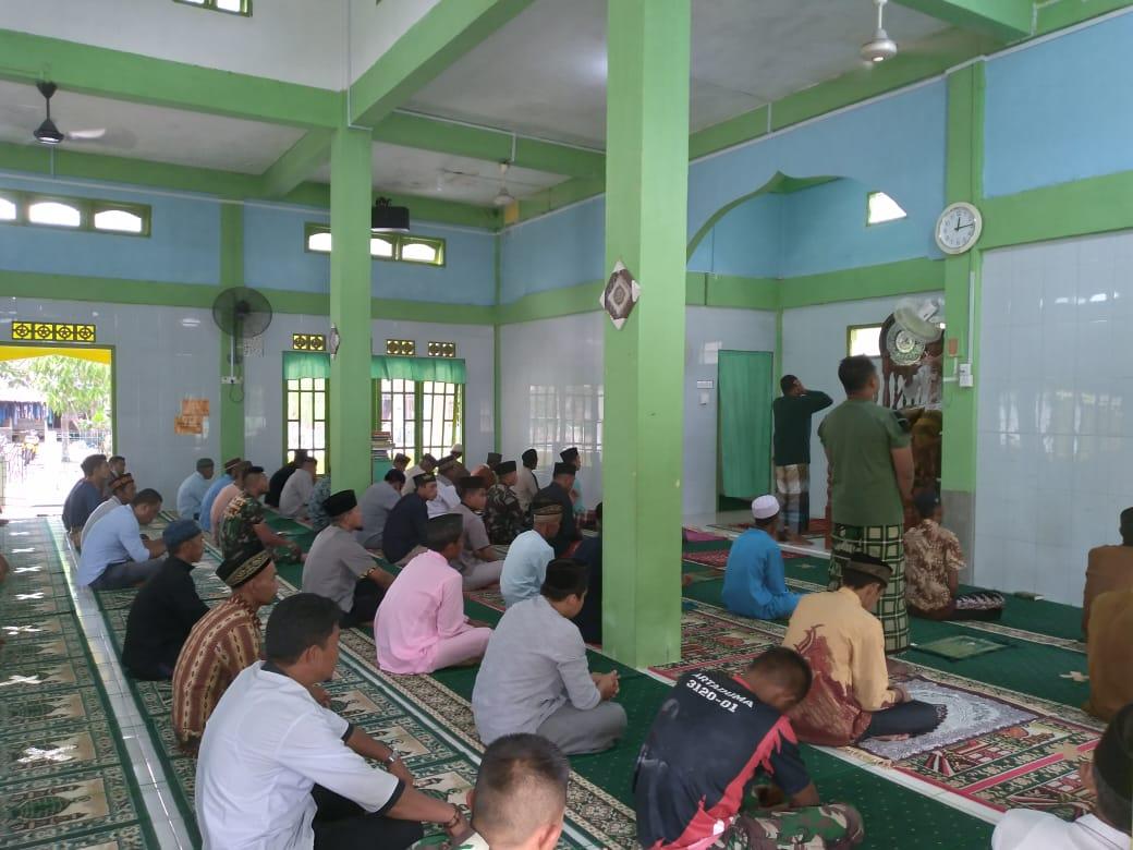 Satgas TMMD Ke – 111 Kodim 0315/Bintan Berbaur Bersama Warga Marok Tua Tunaikan Sholat Jumat