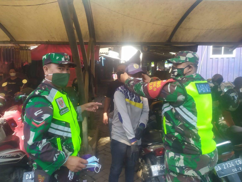 Anggota Kodim 1002/HST Berikan Masker dan Himbauan Agar Warga Patuh Pada Prokes