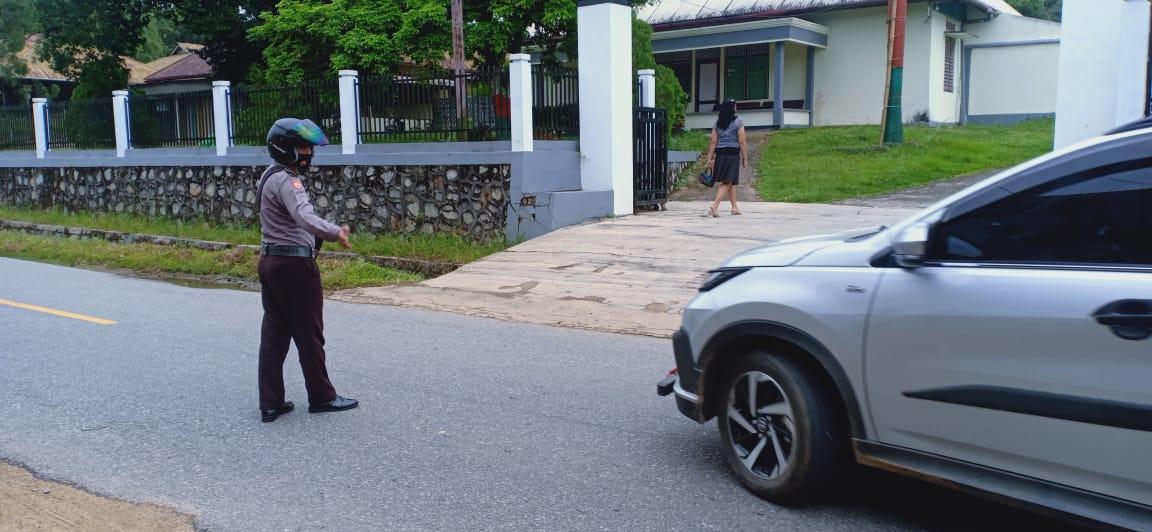 Polisi Di Hari Libur Berikan Pengamanan Dengan Semangat Di Gereja Dan Mengatur Lalu Lintas