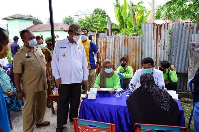 Wakil Bupati Karimun bpk H. Anwar Hasyim, M.Si beserta rombongan meninjau secara langsung pelaksanaan Vaksinasi Masal.