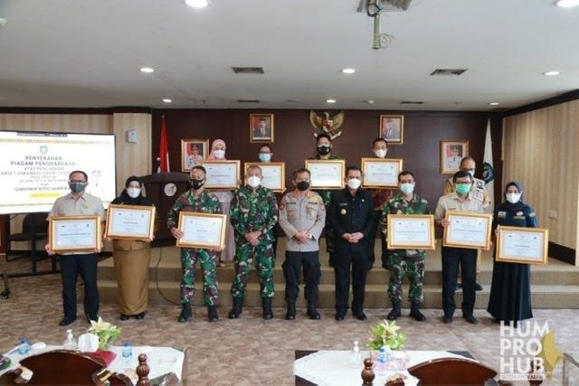 Gubernur Ansar Beri Penghargaan 24 Stakeholder