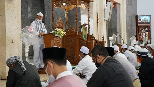 Wakil Bupati Karimun Bpk. H. Anwar Hasyim, M.Si., Melaksanakan Shalat Idul Adha 10 Dzulhijjah 1442 H di Masjid Agung Karimun, Selasa (20/07).