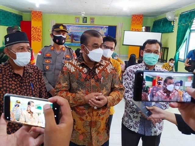 Bupati Karimun Bpk. Dr. H. Aunur Rafiq, S.Sos, M.Si, meninjau Pelaksanaan Vaksinasi, Karimun.