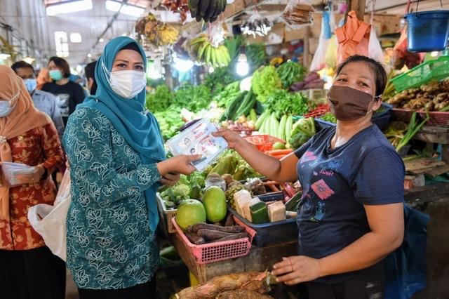 Sapa Warga Di Pasar, Dewi Ansar Ajak Disiplin Memakai Masker