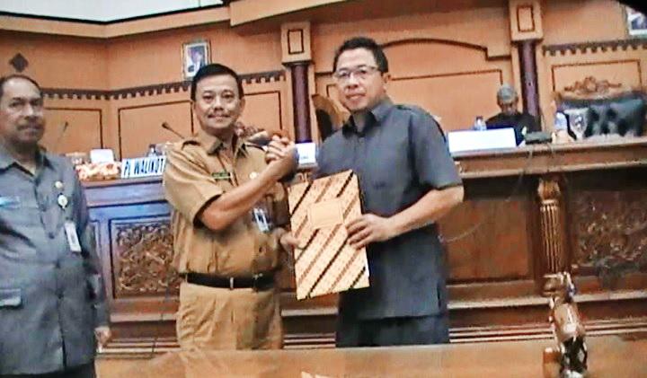 Penyerahan Nota Kesefahaman oleh Ketua DPRD kepada Pj Walikota